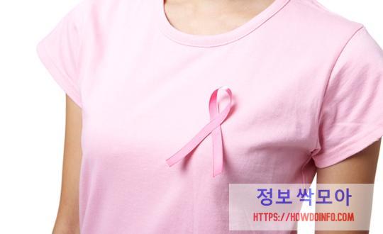 유방암 초기증상 핑크 옷 입은 여성 사진