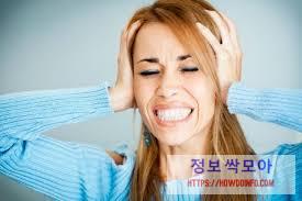정수리 통증 호소하는 여성의 사진