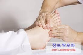 발목이 아파요 증상을 치료하고 있는 의사의 사진