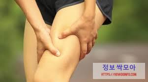 허벅지 뒤쪽 통증 호소하는 남성 다리 사진